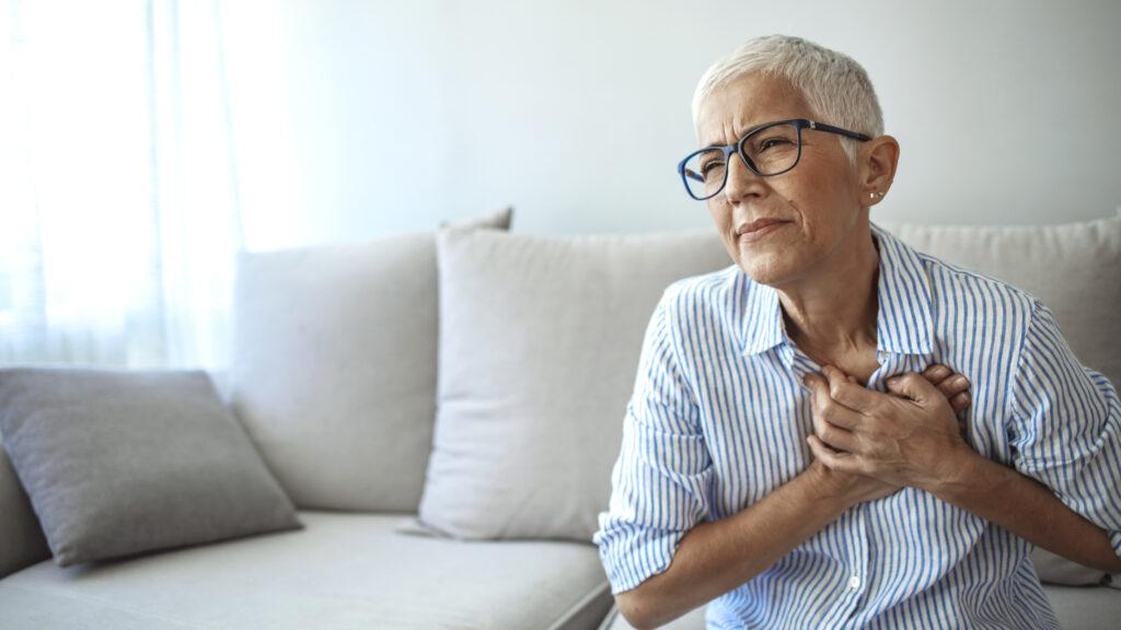 Hur skiljer man mellan bröstsmärta orsakad av mikroblodkärl till skillnad mot när den är orsakad av större kranskärl?